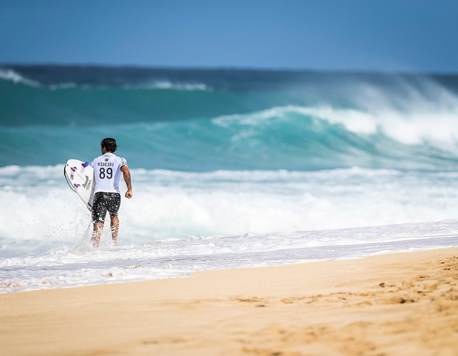 Alex Ribeiro placed 1st in Heat 7 of Round One at Billabong Pipe Masters 2016.   © WSL / Cestari