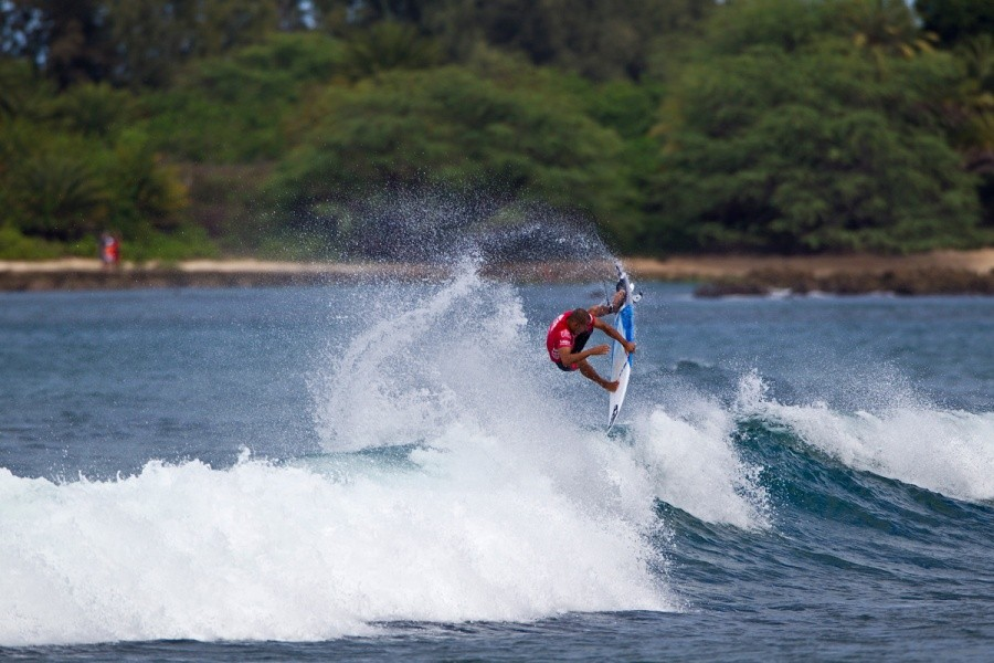 Jadson Andre (BRA) won his heat and advanced today.   © ASP / Rowland