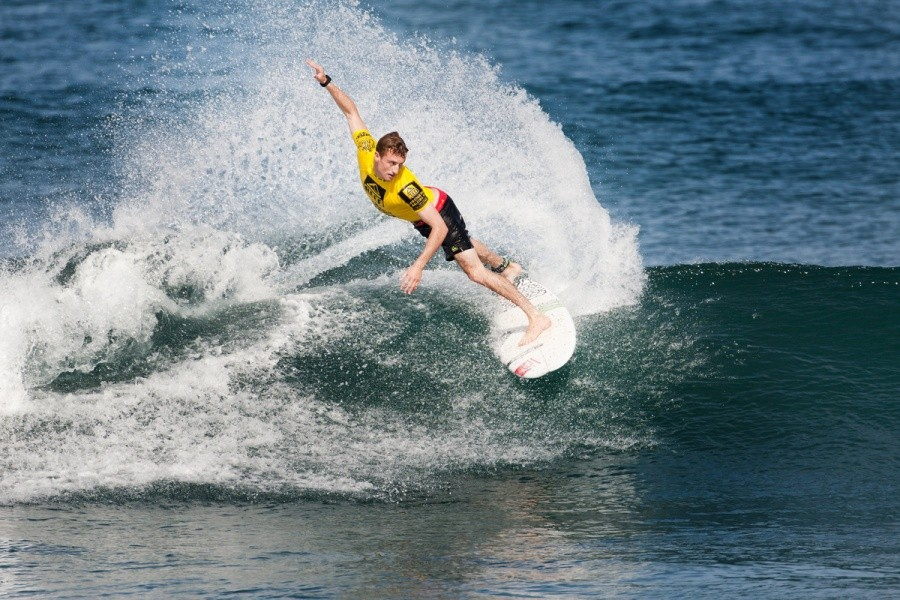 Matt Banting (AUS) took advantage of the interference incurred by John John Florence to sneak into 2nd place and advance into Round 4.   © ASP / Cestari