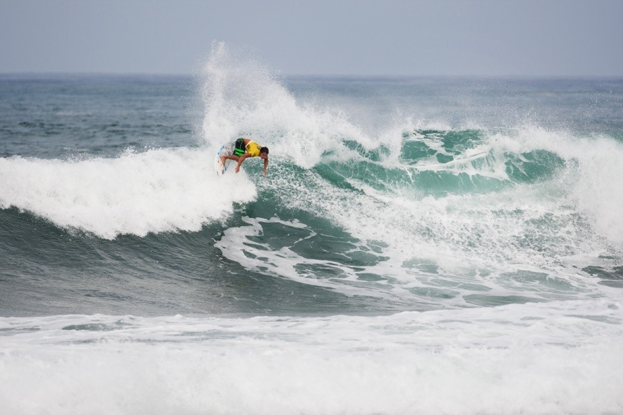 Despite breaking a surfboard Kai Barger (HAW) pulled it together and advanced into Round 3.   © ASP / Cestari