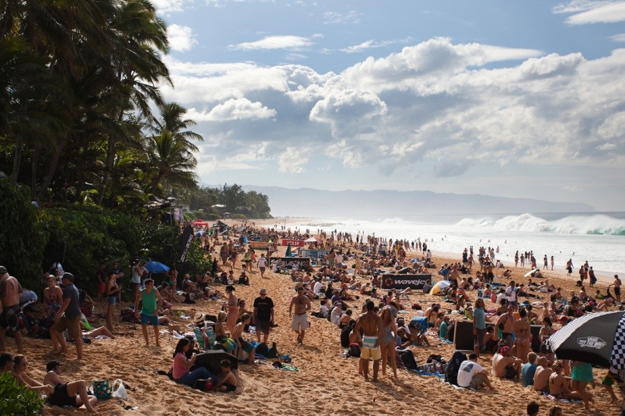 It was an excellent first day of the Billabong Pipe Masters with a packed beach.   © ASP / Cestari
