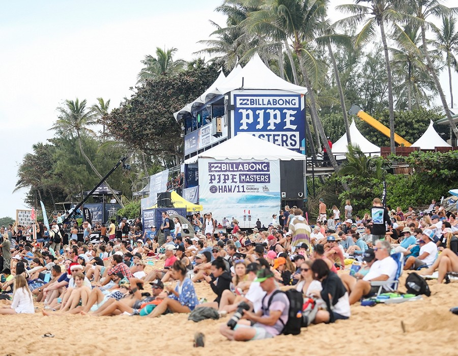 Big crowds at Pipeline today.   © WSL / Cestari