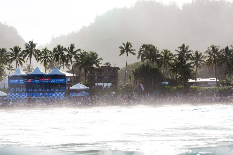 The beach was packed to capacity long before the first heat paddled out.   © ASP / Cestari