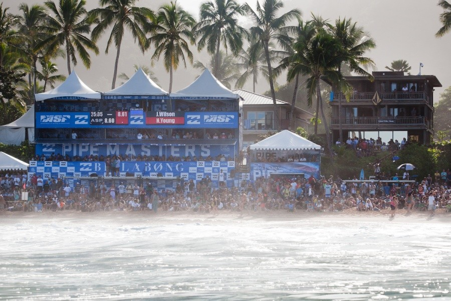 The final day saw thousands flock to the shores of Pipeline to witness an epic final day.   © ASP / Cestari