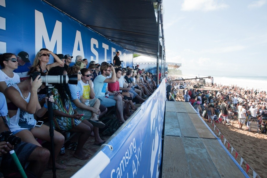 Grandstands and beach packed for the final day.   © ASP / Cestari