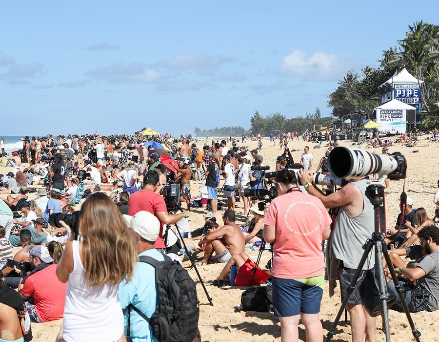 Beach crowds at the Pipe Masters.   © WSL / Cestari