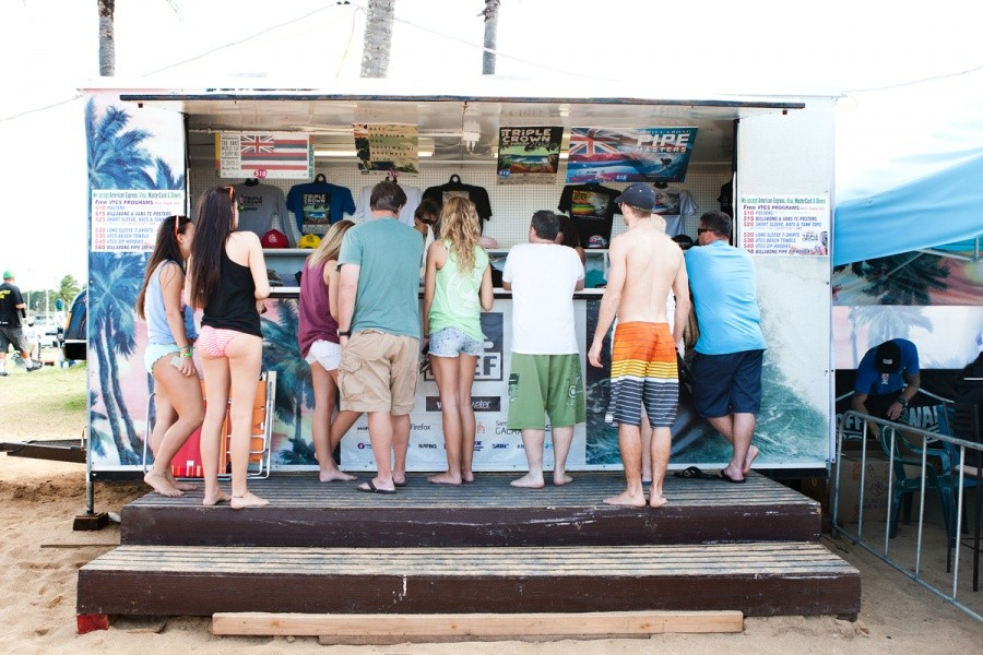Get your Vans Triple Crown gear at the t-shirt booth.   © ASP / Cestari