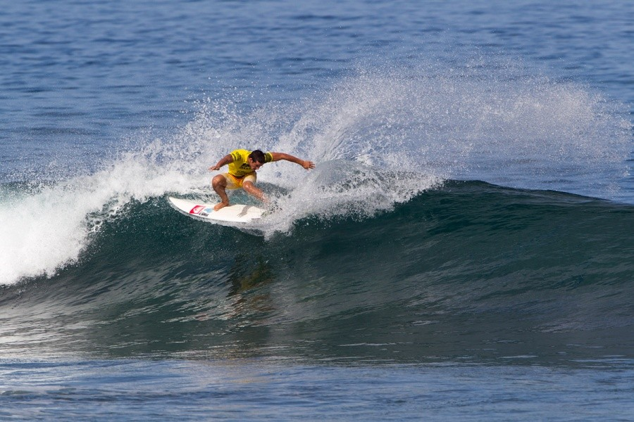 Moroccan Surfer Ramzi Boukhiam continues to blow minds and he moves into the next round.   © ASP / Rowland
