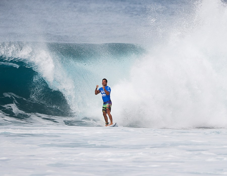 Michel Bourez winning Quarter Final Heat 2 of the Billabong Pipe Masters.   © WSL / Poullenot