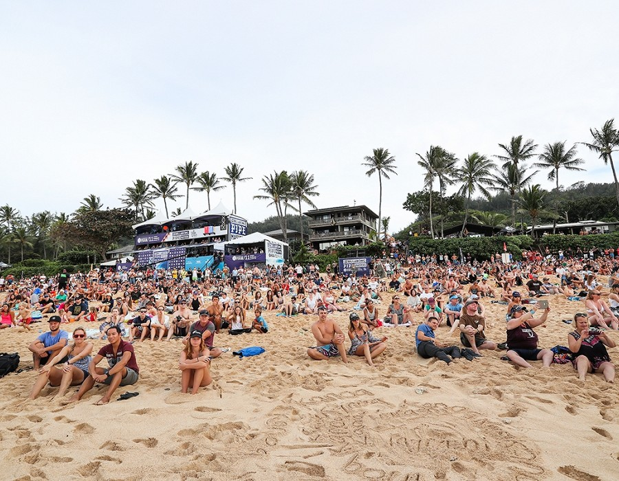 Big crowds at the final Billabong Pipe Masters.   © WSL / Cestari
