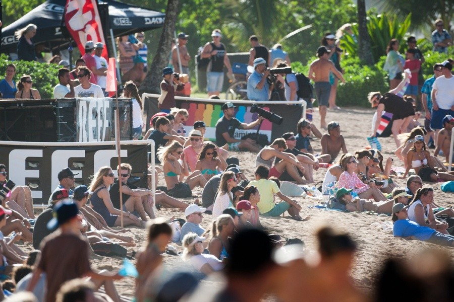 Round 5 ran from start to finish in front of a crowded Haleiwa Beach.   © ASP / Cestari