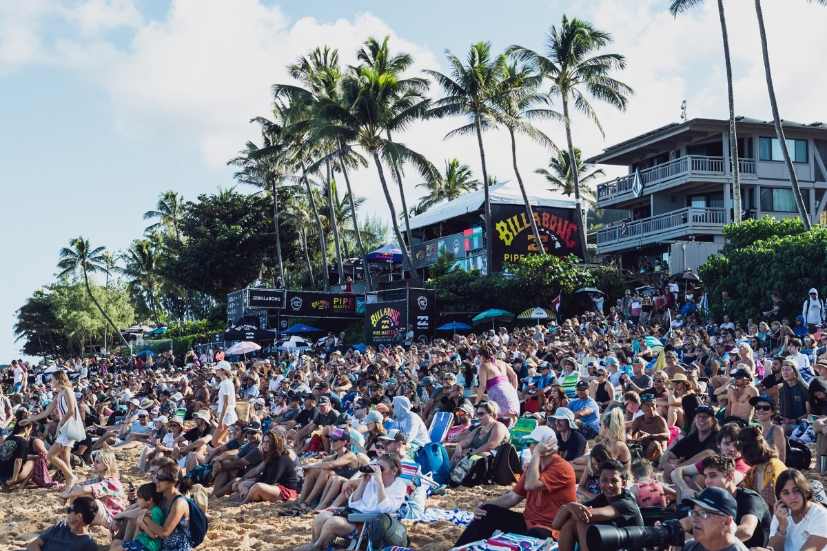 Big crowds at the Billabong Pipe Masters.   © WSL / Cestari