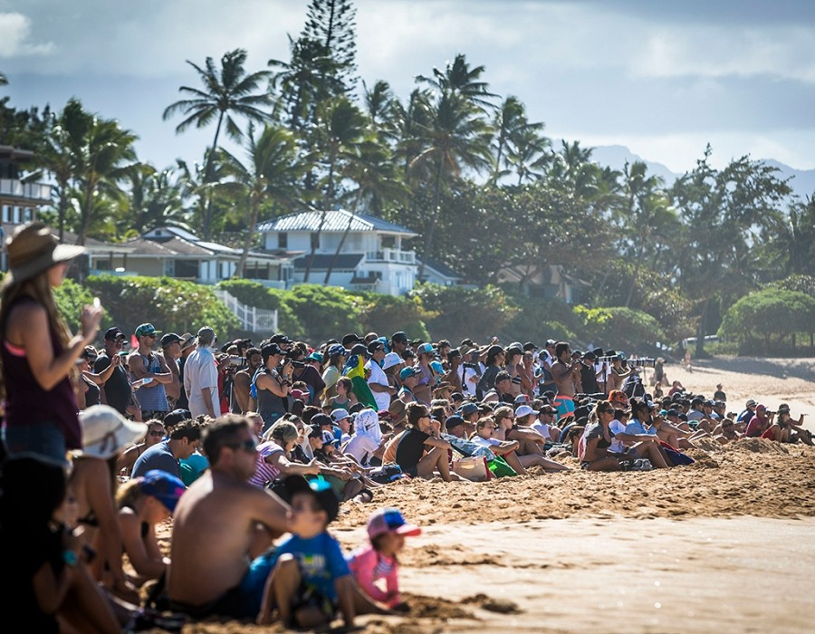 Beach crowds at Pipe.   © WSL / Poullenot