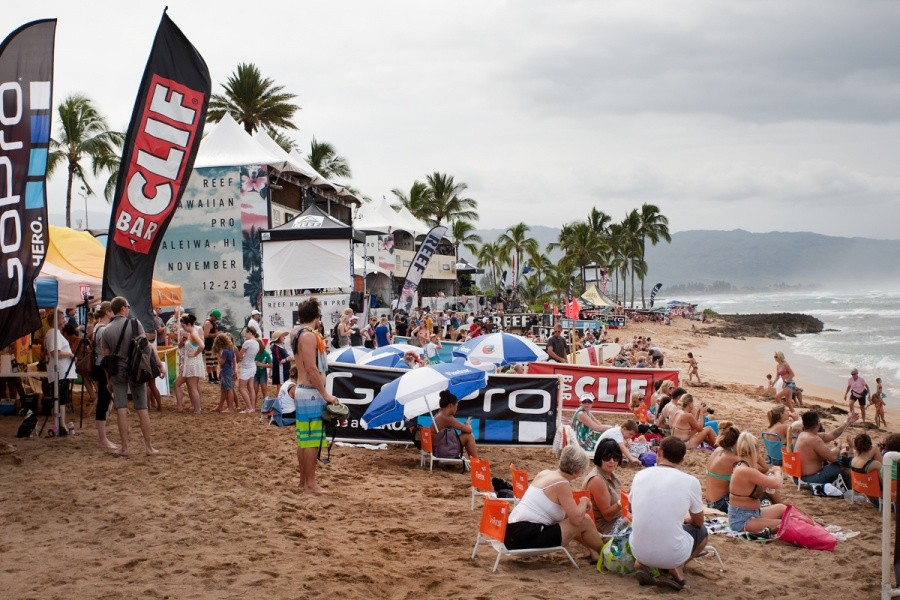 It is a good day to sit your bum on the beach and watch the REEF Hawaiian Pro action.   © ASP / Cestari