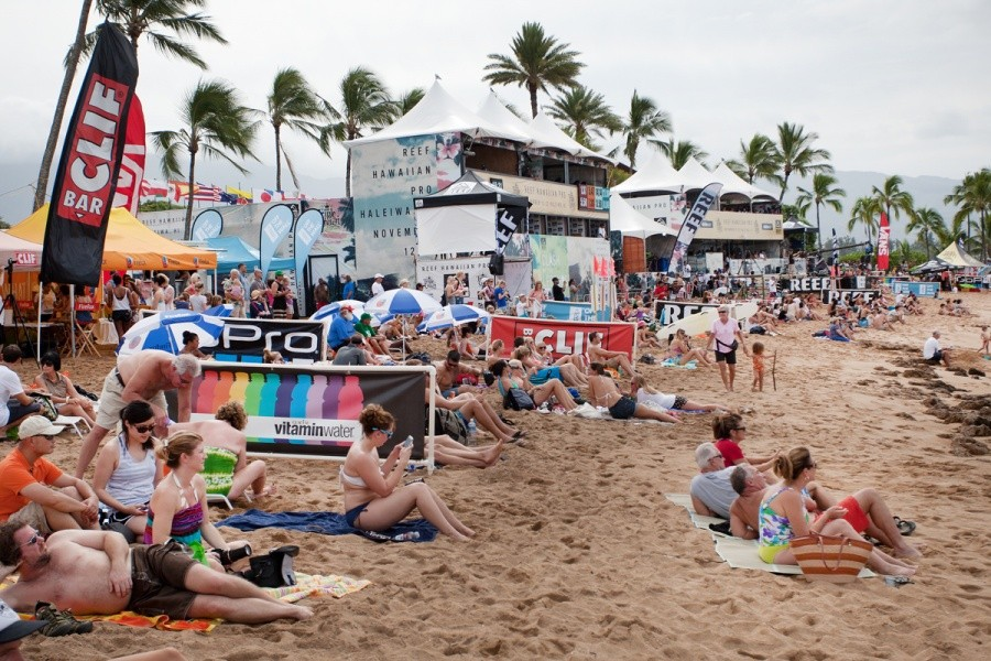 It is a busy day on the beach for Round 2 of the REEF Hawaiian Pro.   © ASP / Cestari
