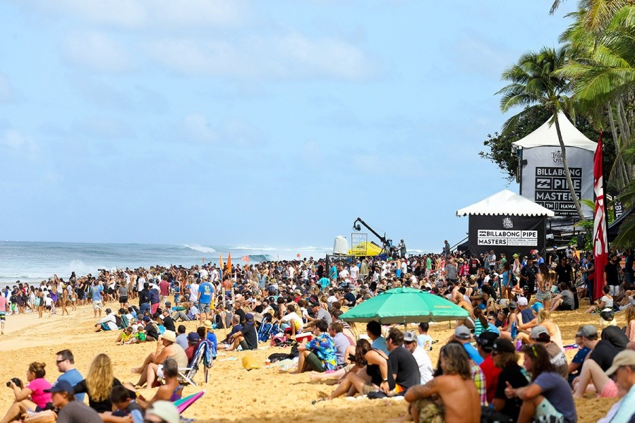 Big crowds at Pipeline for the opening day.   © WSL / Masurel