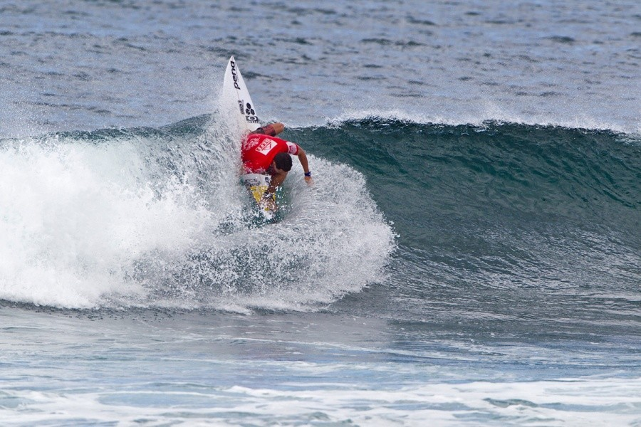 Adriano De Souza (BRA) won his heat and advanced ionto the round of 32.   © ASP / Rowland