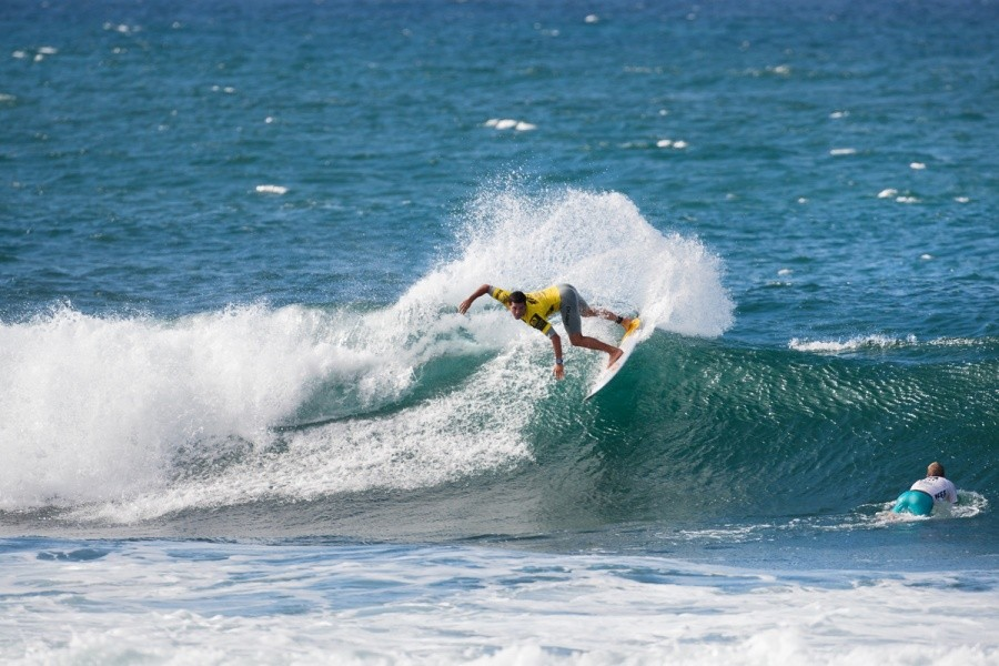 Adriano de Souza (BRA) powered his way through the lefts and into the quarterfinals.   © ASP / Cestari