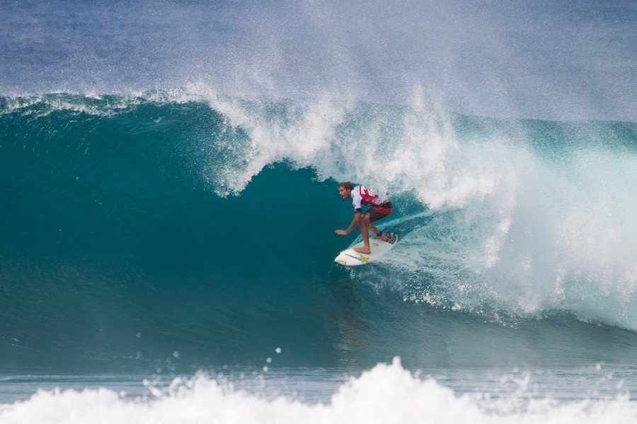 Former Pipe Master Bede Durbidge threading his way into Round 3.   © ASP / Kirstin