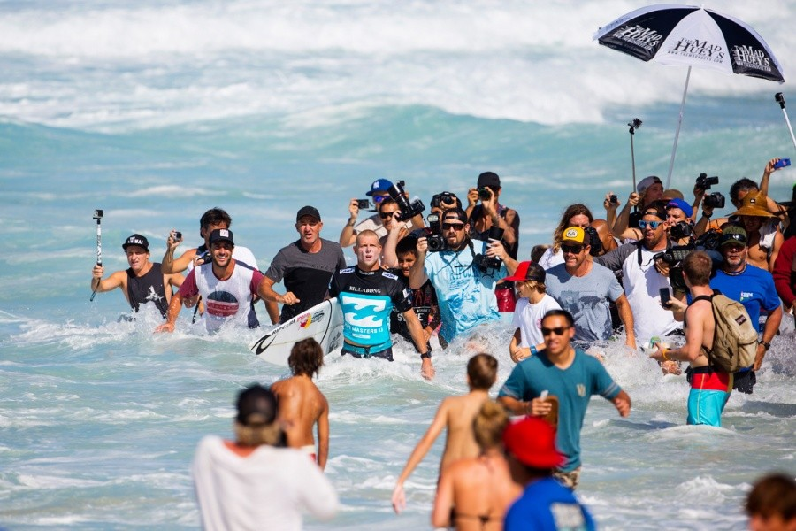 Mick Fanning waiting for his fate to be decided.   © ASP / Kirstin