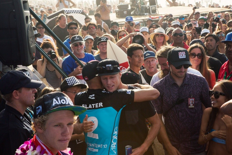 Kelly Slater hugs Mick Fanning on his World Title Victory.   © ASP / Kirstin