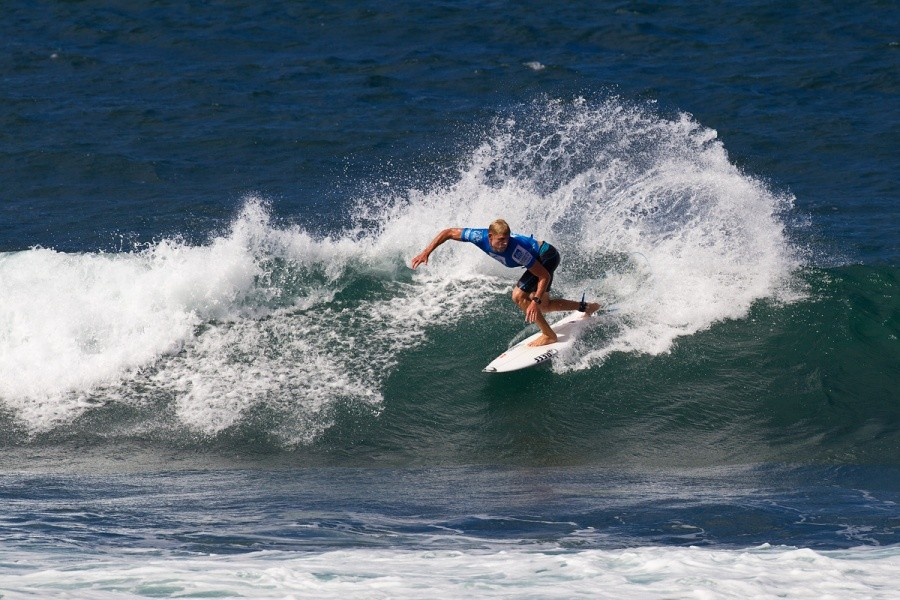 Mick Fanning (AUS) won his heat today and advanced into he quarterfinals.   © ASP / Rowland