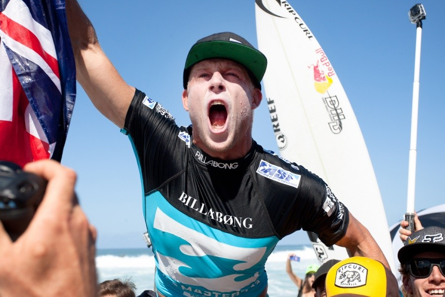 Mick Fanning (AUS) roars with joy as the World Champ.   © ASP / Cestari