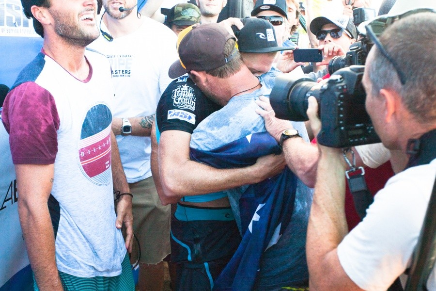 Mick Fanning is congratulated by old travelling buddy and good friend Taylor Knox.   © ASP / Cestari