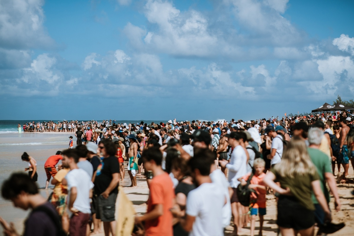 Huge crowds at the beach.   © WSL / Sloane