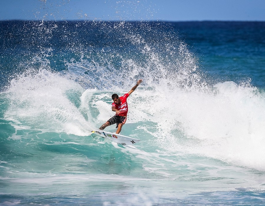 Filipe Toledo placed 1st in Heat 9 of Round One at Billabong Pipe Master.   © WSL / Cestari