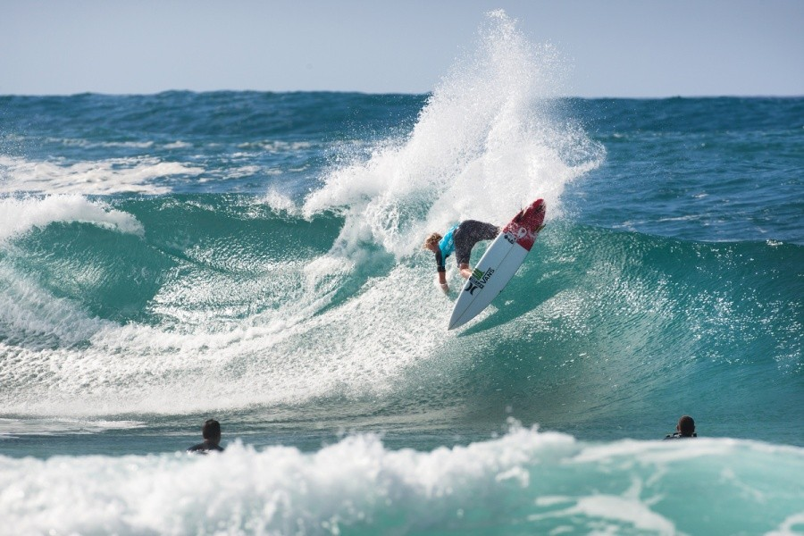 Not happy with a solid Pipeline barrel John John Florence (HAW) decided the throw the tail out for the extra wow factor.    © ASP / Cestari