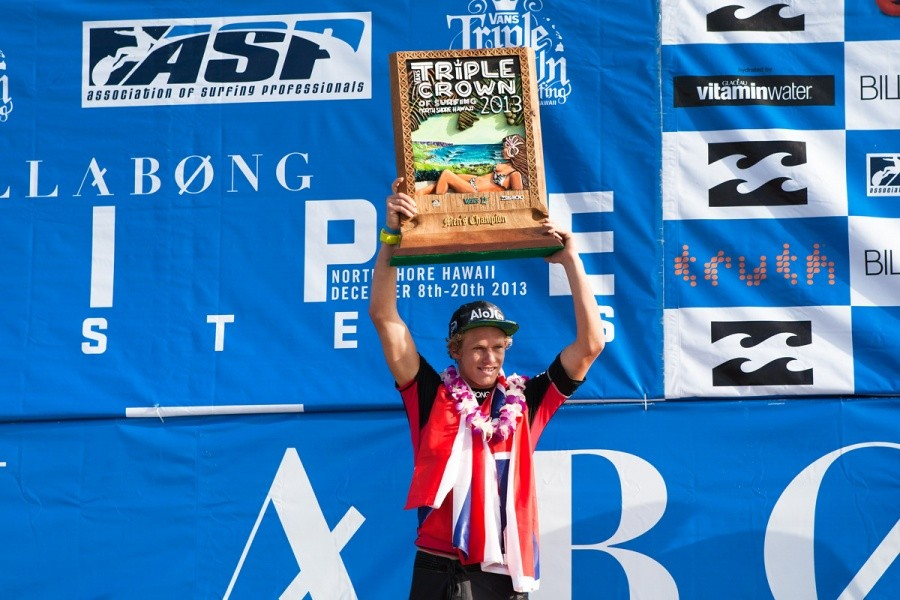John John Florence (HAW) won the VANS Triple Crown by advancing to the final of the Billabong Pipe Masters and hoists the trophy for the second time in his career.   © ASP / Cestari