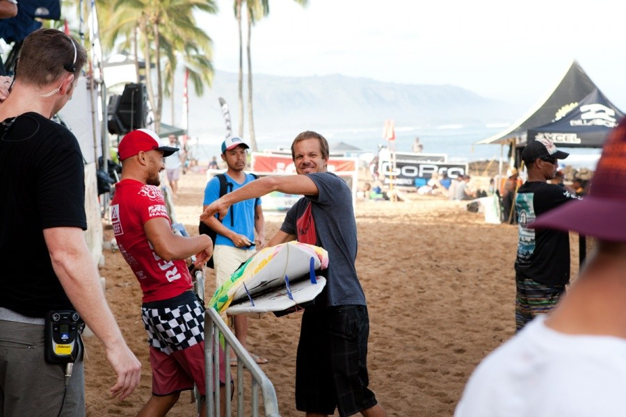 Fred Patacchia getting the knuckles from Brian Toth after his heat win.   © ASP / Cestari
