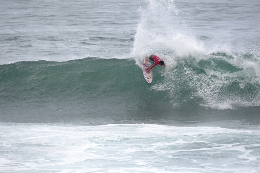 Ian Gouveia (BRA) is through to Round 2.   © ASP / Cestari