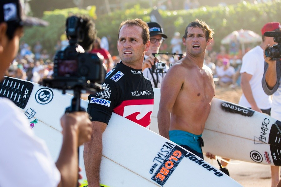 CJ and Damien Hobgood compare notes.   © ASP / Kirstin