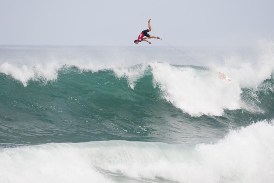 Maxime Huscenot (FRA) hits eject after deciding the wave has no scoring potential.   © ASP / Cestari