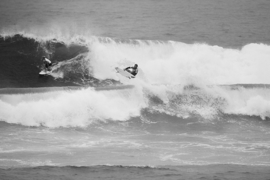 Desperate for a quarter final position Caio Ibelli (BRA) tries to air the inside section.   © ASP / Cestari