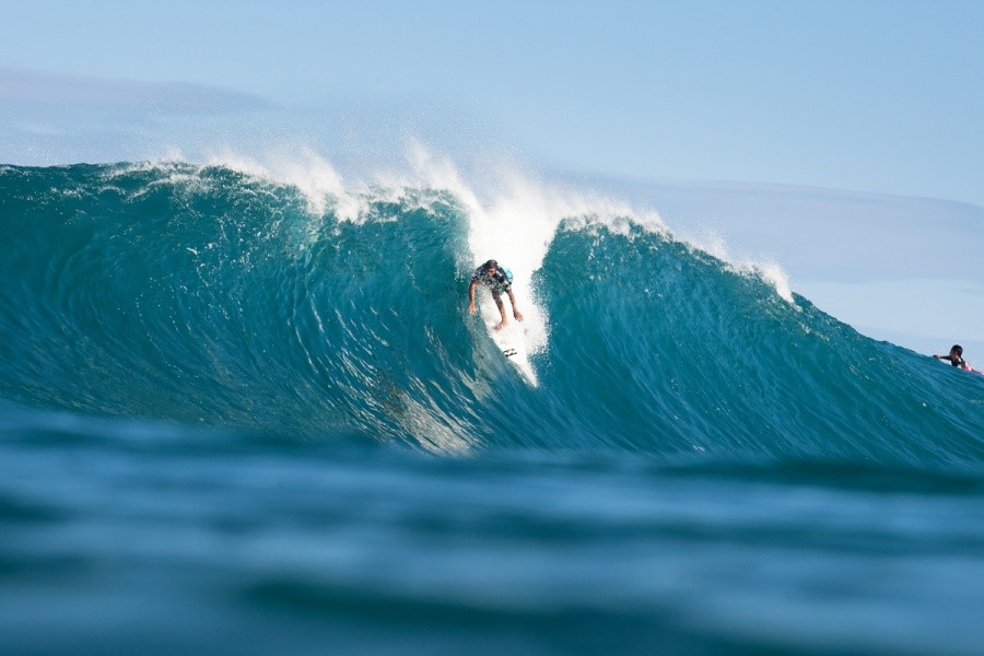 Kaimana Jaquias (HAW) steep and deep at Backdoor.   © ASP / Cestari
