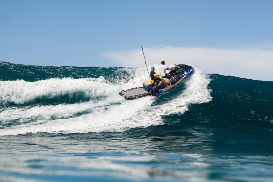 With a few wide sets the live feed jetski had to scramble over an occasional peak.   © ASP / Cestari