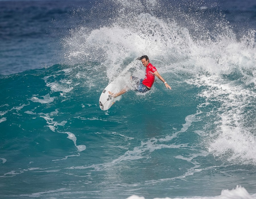 Jordy Smith placed 1 st in Heat 4 of Round One at Billabong Pipe Masters 2016.   © WSL / Poullenot
