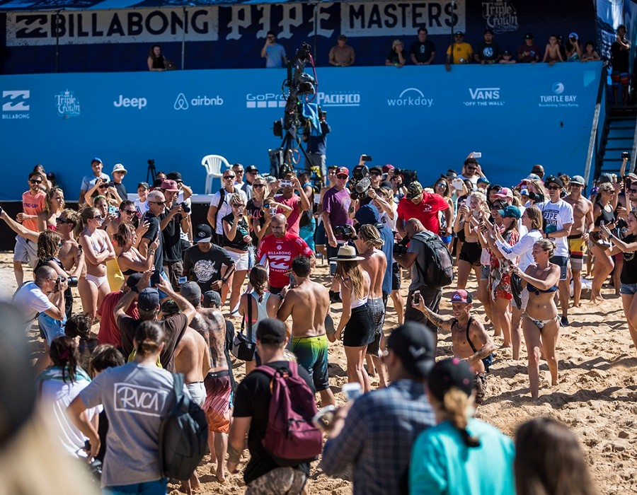 Kelly Slater sorrounded by fans.   © WSL / Poullenot