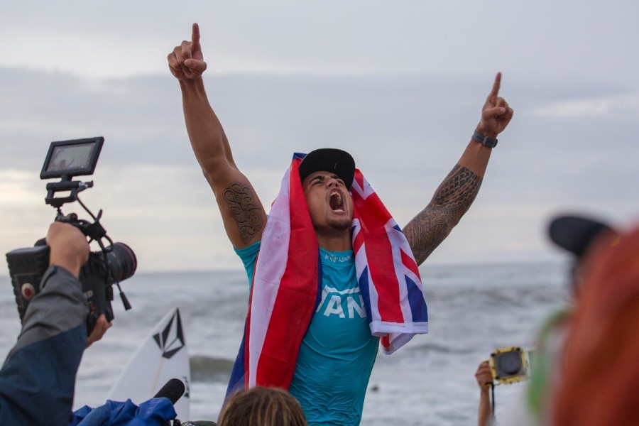 Ezekial Lau celebrates his victory at the Vans World Cup of Surfing.   © ASP / Kirstin