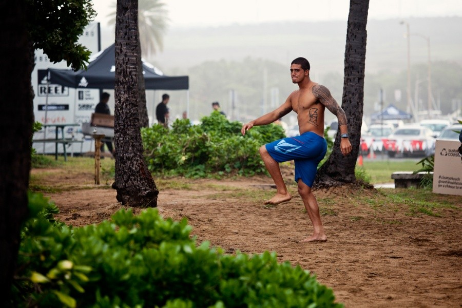 Ezekiel Lau (HAW) pulled off second place in his heat today and advanced into the round of 64.   © ASP / Rowland
