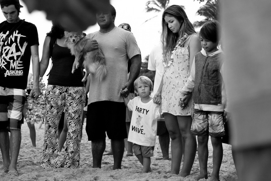 The Billabong Pipe Masters takes place in Memory of Andy Irons. Lindie and Axel are always present for the opening ceremony to remember their husband and father.   © ASP / Cestari