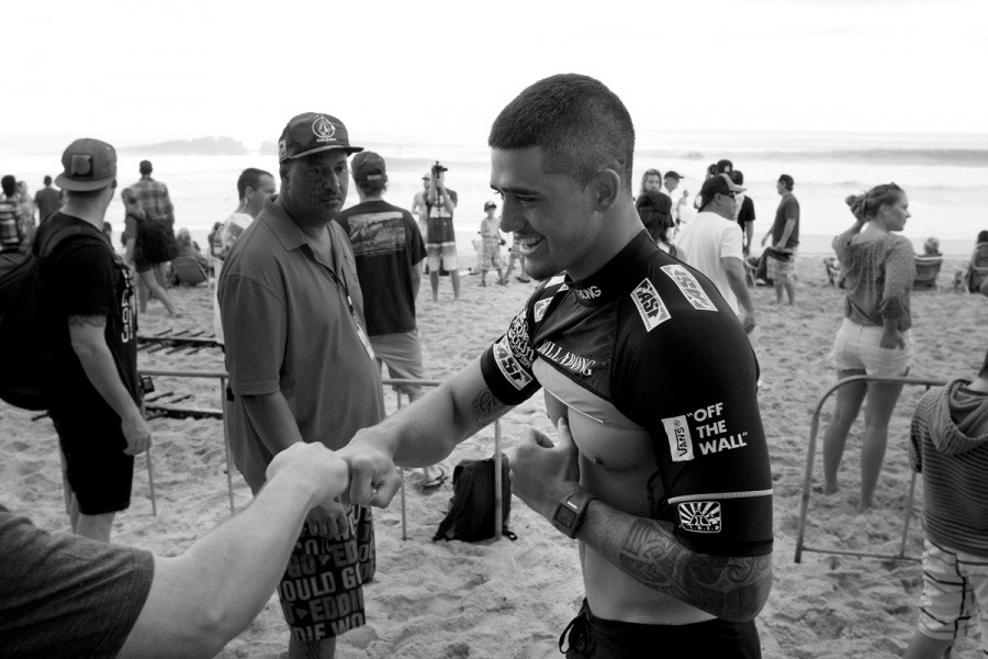 Ezekiel Lau (HAW) puts on the Billabong Pipe Masters jersey for the first time in his career.   © ASP / Cestari