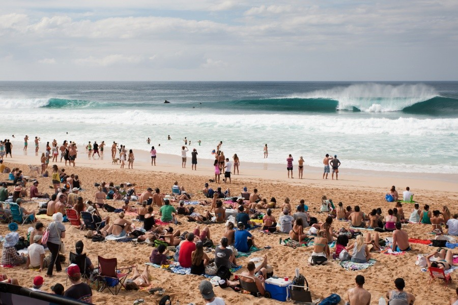 Rounds 1 and 2 of the Billabong Pipe Masters took place in front of a packed beach.   © ASP / Cestari