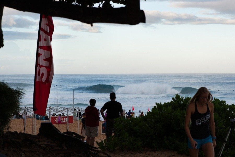 It looks like a Backdoor day for Round 1 of the Billabong Pipe Masters.   © ASP / Cestari