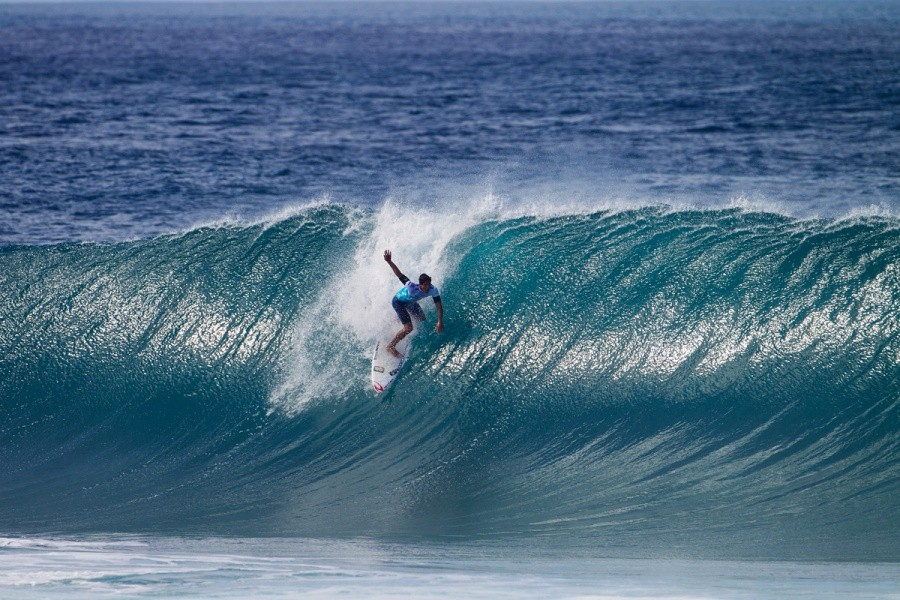 Gabriel Medina setting up to get perfectly barreled en route to Round 3.   © ASP / Kirstin
