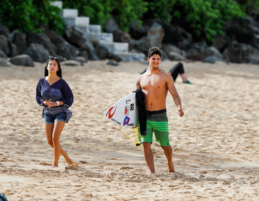 Gabriel Medina and girlfriend.   © WSL / Poullenot