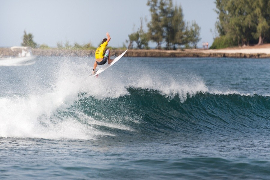 Jesse Mendes (BRA) puts his hand up to claim some Hawaiian Airlines miles.   ©